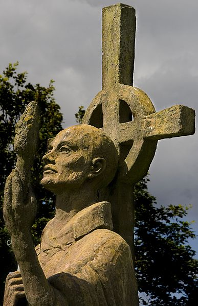 Datei:Statue of St Aidan, Lindisfarne Priory.jpg